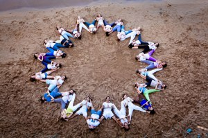 Experimentando el yoga en comunidad. Photo: Kadri Kurgun