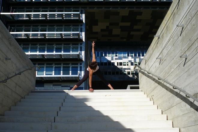 Cloe Bertrand Yoga Flexion avant jambes ecratees Montpellier